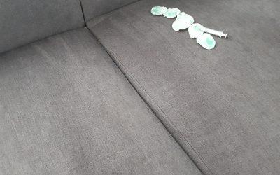 Usuwanie tuszu z tapicerki materiałowej
