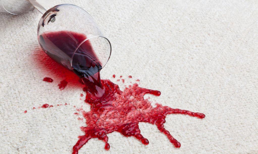 plama po czerwonym winie na dywanie